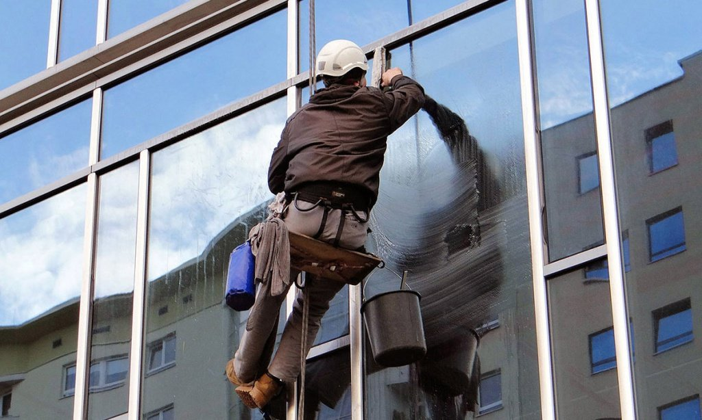 1280px-Washing_windows_at_the_Ambassador_Office_Building_-_06.jpg